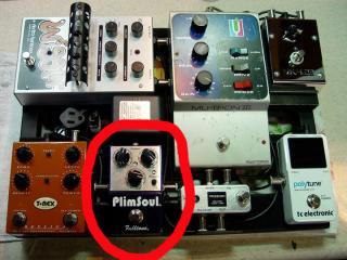 Peter Frampton's pedalboard with his new Fulltone Plimsoul.